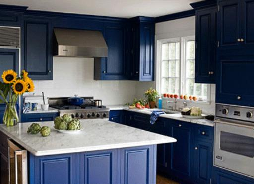 דוגמה לארונות מטבח שנצבו בצבע כחול