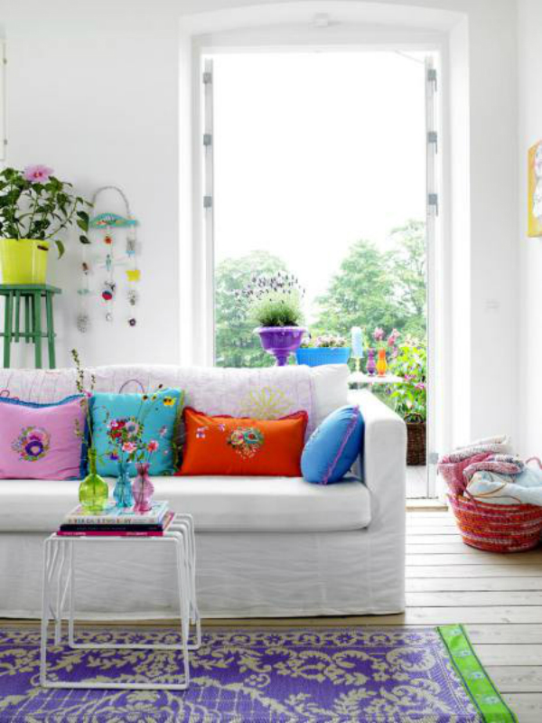 sweet-colorful-pillow-on-white-sofa-and-small-table-with-tiny-decorations
