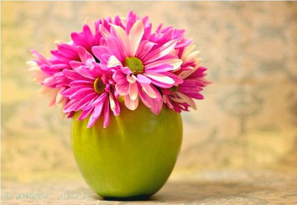 סידור פרחים עם תפוחים