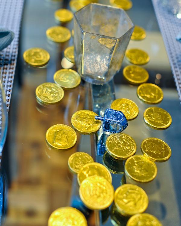מטבעות שוקולד מפוזרים במרכז שולחן